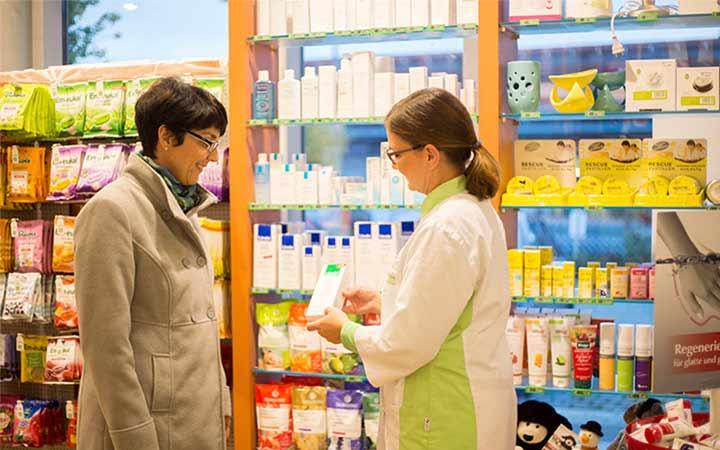 Apothekerin bei der Medikamenten Beratung in der Fontana Apotheke in Heilsbronn